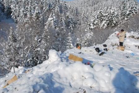 Мусор перемешан со снегом в п. Синегорск