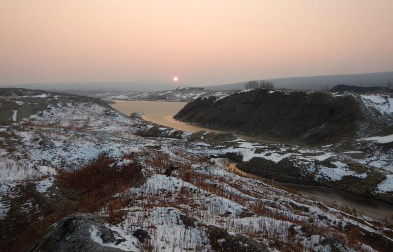 Panorama doliny Langeri razrushennoy zolotodobychey